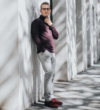 Cómo combinar: reloj de cuero negro, botines chelsea de ante burdeos, pantalón chino gris, jersey de cuello alto con cremallera burdeos