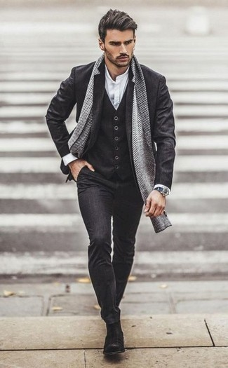 Combinar unos botines chelsea de ante en gris oscuro: Considera emparejar un traje de tres piezas en gris oscuro con una camisa de manga larga blanca para una apariencia clásica y elegante. Un par de botines chelsea de ante en gris oscuro se integra perfectamente con diversos looks.