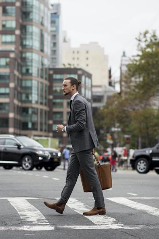 Cómo combinar: bolsa tote de cuero marrón, botines chelsea de cuero marrónes, camisa de vestir blanca, traje gris