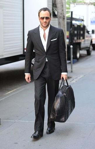 Cómo combinar: bolso baúl de cuero negro, botines chelsea de cuero negros, camisa de vestir blanca, traje negro