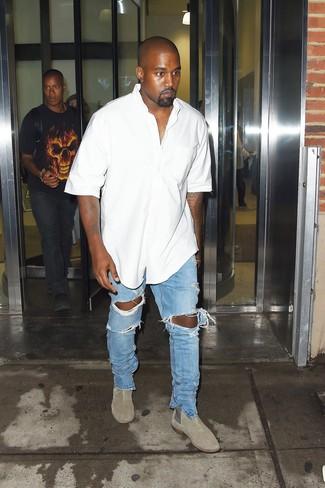 Cómo combinar: botines chelsea de ante grises, vaqueros desgastados celestes, camisa de manga corta blanca