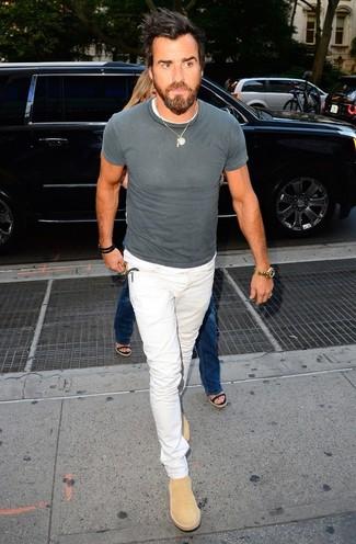 Cómo combinar: botines chelsea de ante marrón claro, vaqueros blancos, camiseta con cuello circular gris