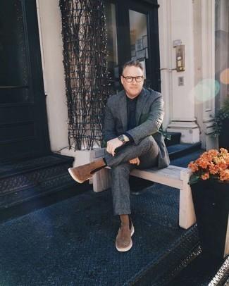 Combinar unos botines chelsea de ante marrónes: Ponte un traje de lana en gris oscuro y una camisa de vestir de cambray azul marino para una apariencia clásica y elegante. Si no quieres vestir totalmente formal, opta por un par de botines chelsea de ante marrónes.