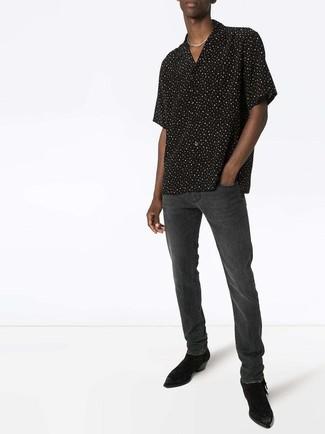 Cómo combinar: botines chelsea de ante negros, vaqueros en gris oscuro, camisa de manga corta a lunares en negro y blanco
