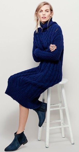 Cómo combinar: botines chelsea de ante negros, vestido jersey de punto azul marino