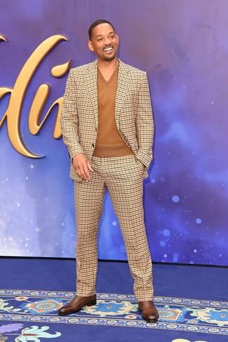 Look de Will Smith: Botines chelsea de cuero marrónes, Jersey de pico marrón, Traje a cuadros marrón claro