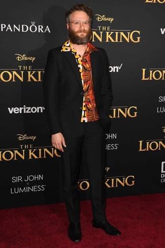 Look de Seth Rogen: Botines chelsea de cuero negros, Camisa de manga corta estampada naranja, Traje negro
