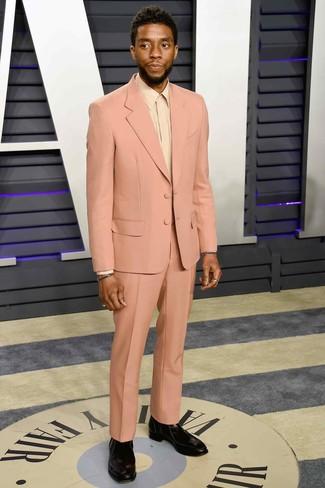 Cómo combinar: botines chelsea de cuero negros, camisa de vestir en beige, traje rosado