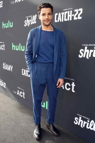 Cómo combinar: botines chelsea de cuero negros, camiseta con cuello circular azul marino, traje de lino azul marino