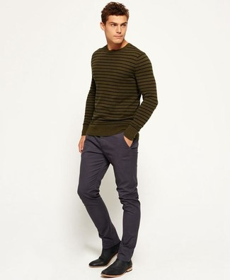 Cómo combinar: botines chelsea de cuero negros, pantalón chino azul marino, jersey con cuello circular de rayas horizontales verde oliva