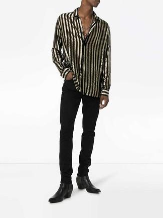 Cómo combinar: botines chelsea de cuero negros, vaqueros negros, camisa de manga larga de rayas verticales en negro y dorado