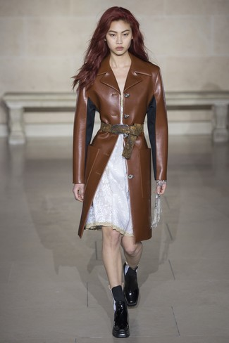Cómo combinar: botines chelsea de cuero negros, vestido camisola de encaje blanco, abrigo de cuero marrón