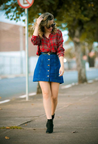 Cómo combinar: correa de cuero negra, botines chelsea de ante negros, falda con botones vaquera azul, camisa de vestir de tartán roja