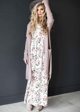 Cómo combinar: sombrero gris, botines chelsea de ante grises, vestido largo con print de flores blanco, cárdigan abierto rosado