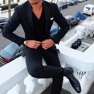 Combinar un jersey de pico negro en primavera 2021: Ponte un jersey de pico negro y un traje azul marino para una apariencia clásica y elegante. Botines chelsea de cuero negros son una opción inigualable para complementar tu atuendo. Es un atuendo perfecto para la primavera que nos encanta.