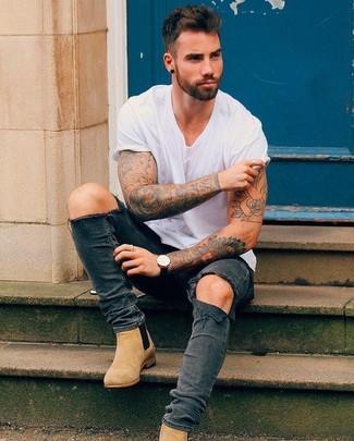 Cómo combinar: reloj de cuero negro, botines chelsea de ante marrón claro, vaqueros pitillo desgastados en gris oscuro, camiseta con cuello circular blanca