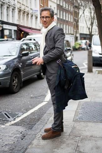 Cómo combinar: bufanda blanca, botines chelsea de ante marrónes, traje gris, abrigo largo de tartán en azul marino y verde