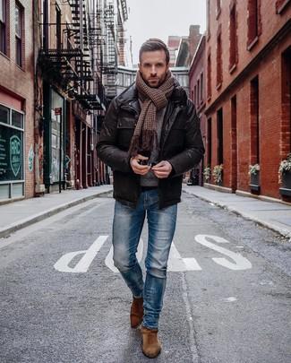 Cómo combinar: bufanda de pata de gallo marrón, botines chelsea de ante marrónes, vaqueros pitillo azules, chaqueta campo de cuero en marrón oscuro