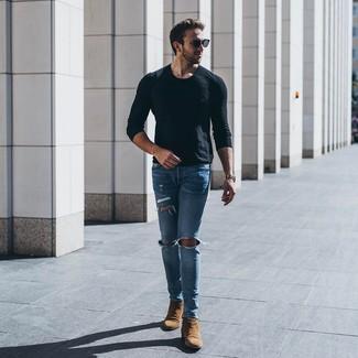 Cómo combinar: gafas de sol negras, botines chelsea de ante marrónes, vaqueros pitillo desgastados celestes, camiseta de manga larga negra