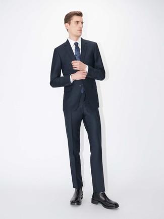 Combinar una corbata estampada azul marino: Intenta ponerse un traje azul marino y una corbata estampada azul marino para un perfil clásico y refinado. Si no quieres vestir totalmente formal, opta por un par de botines chelsea de cuero negros.