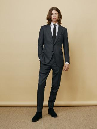 Cómo combinar: corbata de punto negra, botines chelsea de ante negros, camisa de vestir de rayas verticales blanca, traje en gris oscuro