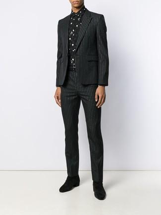 Cómo combinar: correa de cuero negra, botines chelsea de ante negros, camisa de vestir estampada en negro y blanco, traje de rayas verticales negro