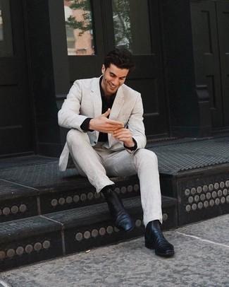 Combinar una camisa de vestir negra para hombres de 30 años: Emparejar una camisa de vestir negra junto a un traje en beige es una opción inmejorable para una apariencia clásica y refinada. Botines chelsea de cuero negros darán un toque desenfadado al conjunto.