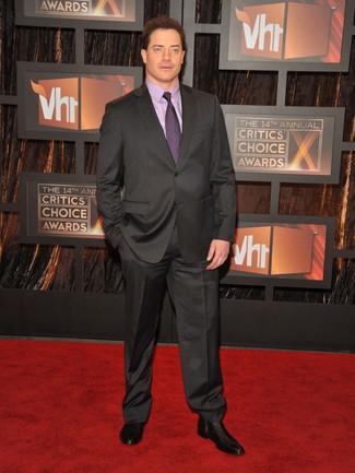Cómo combinar: corbata morado, botines chelsea de cuero negros, camisa de vestir violeta claro, traje en gris oscuro