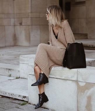 Cómo combinar: mochila con cordón de cuero negra, botines chelsea de cuero negros, camiseta sin manga de encaje negra, vestido jersey marrón claro