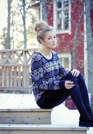 Cómo combinar: calcetines negros, botines chelsea de ante negros, leggings azul marino, jersey con cuello circular de grecas alpinos azul marino