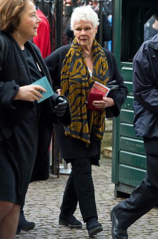 Cómo combinar: bufanda estampada mostaza, botines chelsea de ante negros, pantalón chino negro, abrigo negro
