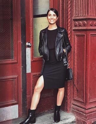 Cómo combinar: bolso bandolera de cuero negro, botines chelsea de cuero negros, vestido ajustado negro, chaqueta motera de cuero negra