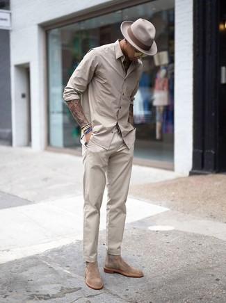 Look de moda: Sombrero de lana en beige, Botines chelsea de ante en beige, Pantalón chino en beige, Camisa de manga larga en beige