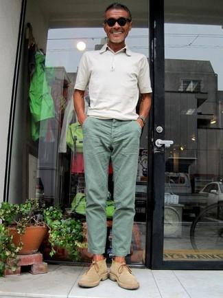 Cómo combinar: gafas de sol negras, botines chelsea de ante marrón claro, pantalón chino en verde menta, camisa polo blanca