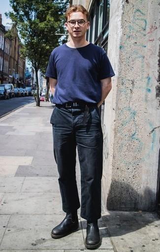 Combinar un pantalón chino azul marino: Opta por una camiseta con cuello circular azul marino y un pantalón chino azul marino para una vestimenta cómoda que queda muy bien junta. Activa tu modo fiera sartorial y haz de botines chelsea de cuero negros tu calzado.