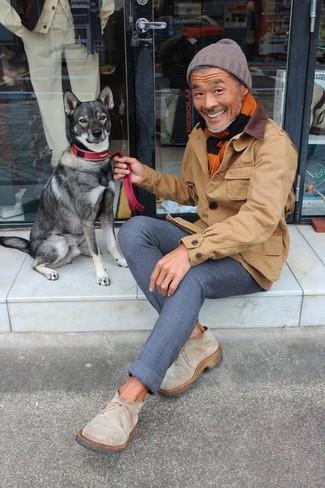 Cómo combinar: gorro marrón, botines chelsea de ante en beige, pantalón chino de lana azul marino, chaqueta con cuello y botones marrón