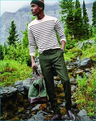 Cómo combinar: bolsa de viaje de lona verde, botines chelsea de cuero burdeos, pantalón de vestir de lana verde oscuro, jersey con cuello circular de rayas horizontales blanco