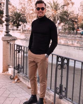 Cómo combinar: gafas de sol azul marino, botines chelsea de cuero negros, pantalón de vestir marrón claro, jersey de cuello alto negro