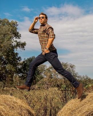Cómo combinar: gafas de sol en marrón oscuro, botines chelsea de ante marrónes, vaqueros azul marino, camisa de manga larga a cuadros naranja