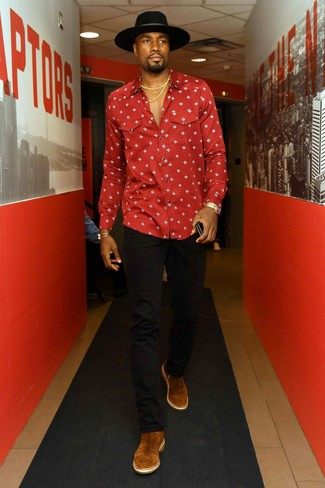 Look de Pascal Siakam: Sombrero de lana negro, Botines chelsea de ante marrónes, Vaqueros negros, Camisa de manga larga estampada roja