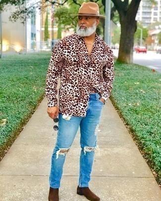 Combinar una camisa de manga larga marrón para hombres de 50 años: Empareja una camisa de manga larga marrón junto a unos vaqueros desgastados celestes transmitirán una vibra libre y relajada. Opta por un par de botines chelsea de ante en marrón oscuro para mostrar tu inteligencia sartorial.