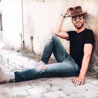 Cómo combinar: sombrero de lana marrón, botines chelsea de ante en beige, vaqueros desgastados azul marino, camiseta con cuello circular negra