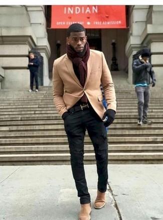 Combinar una bufanda burdeos: Haz de un blazer de lana marrón claro y una bufanda burdeos tu atuendo para un look agradable de fin de semana. Con el calzado, sé más clásico y opta por un par de botines chelsea de ante marrón claro.