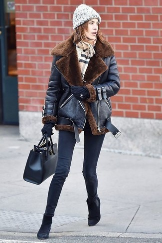 Cómo combinar: bolsa tote de cuero negra, botines chelsea de ante negros, vaqueros pitillo negros, chaqueta de piel de oveja negra
