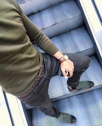 Cómo combinar: correa de cuero tejida en marrón oscuro, botines chelsea de ante verde oscuro, vaqueros pitillo negros, jersey con cuello circular verde oliva