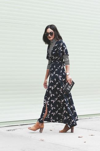 Cómo combinar: cartera sobre estampada negra, botines chelsea de ante marrón claro, vestido cruzado estampado negro, jersey de cuello alto de rayas horizontales en negro y blanco
