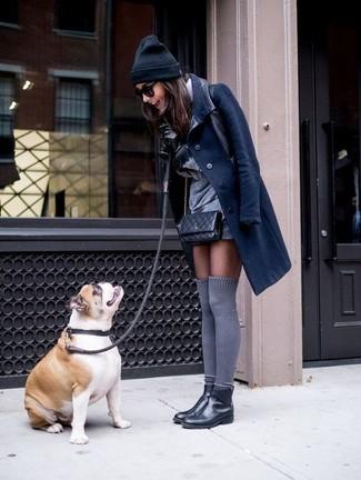 Cómo combinar: calcetines hasta la rodilla grises, botines chelsea de cuero negros, vestido recto gris, abrigo azul marino