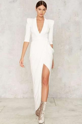 Cómo combinar: botines con cordones de ante plateados, vestido de noche con recorte blanco