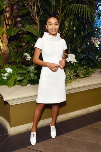 Cómo combinar: botines con cordones de cuero blancos, vestido tubo con adornos blanco
