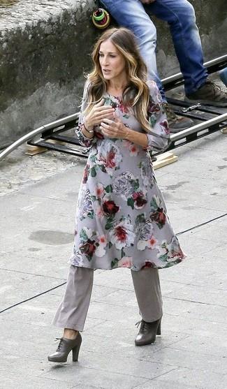 Cómo combinar: botines con cordones de cuero en gris oscuro, pantalón de campana gris, vestido midi con print de flores gris
